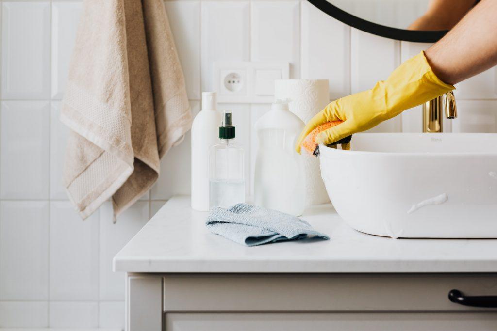 Rengøring af håndvask på badeværelse